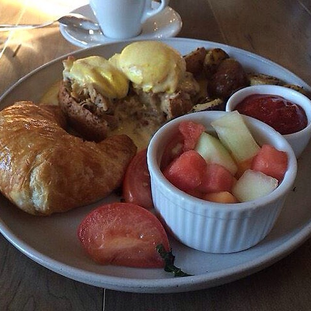 Southr of the Border (eggs Benedict) served for brunch. Picture by our customer Anson. #ampersand27yeg #yeg #yegfood #yegfoodies #yeggers #food #forporn #brunch #croissant #fruits #coffee #breakfast #edmonton #whyteave #oldstrach
