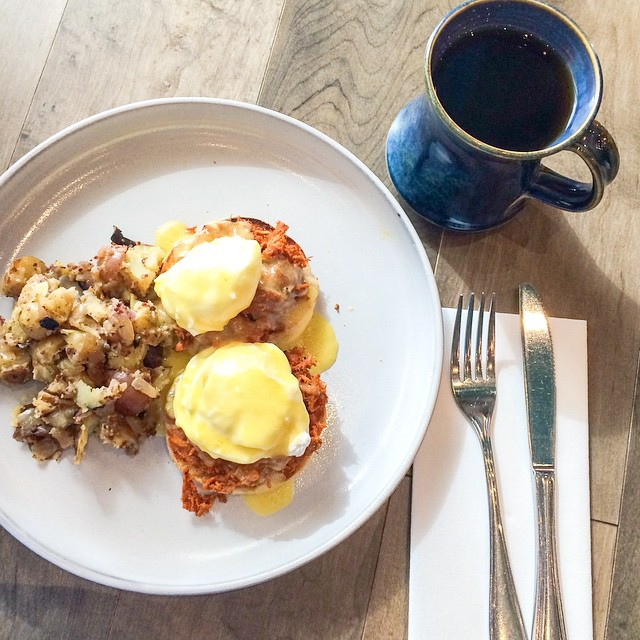 Brunching by land at @ampersand27yeg. Mexican pulled pork and poached eggs on homemade English muffins. #yegfood #gastropost #hashbrowns #hashbrownnofilter #ampersand27 #ampersand27yeg #brunch #breakfast #coffee #butfirstcoffee #goodvibesonly #inmymouth #instagood